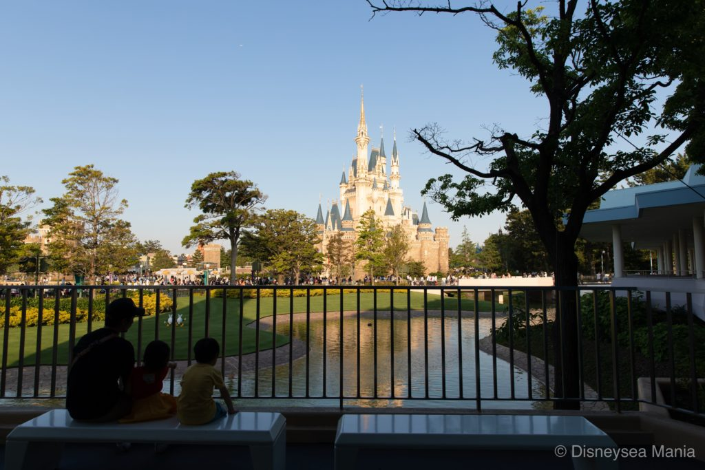 スティッチエンカウンター横のベンチから眺める景色の画像