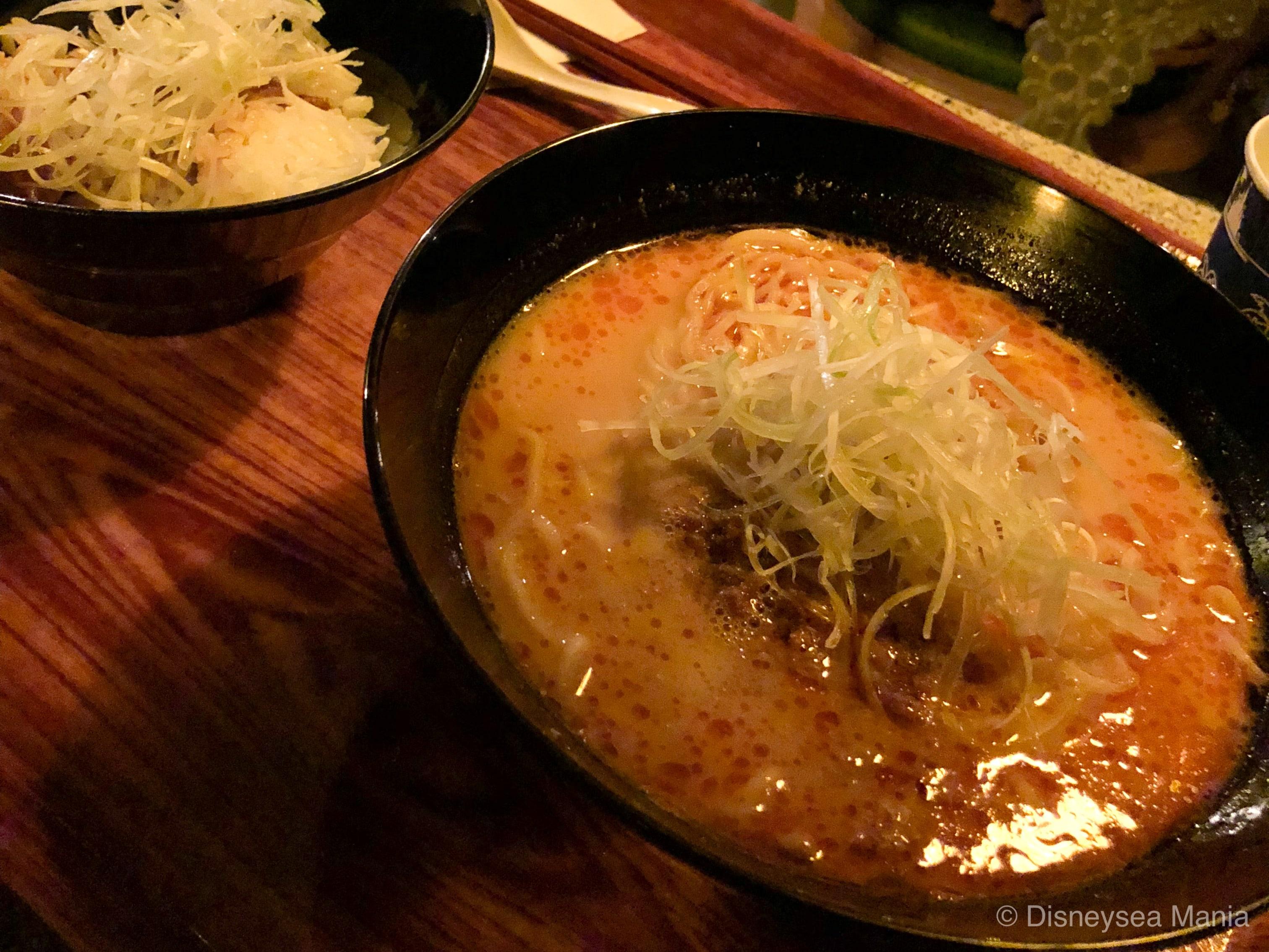 チャイナボイジャーの担々麺と豚角煮ライスの画像
