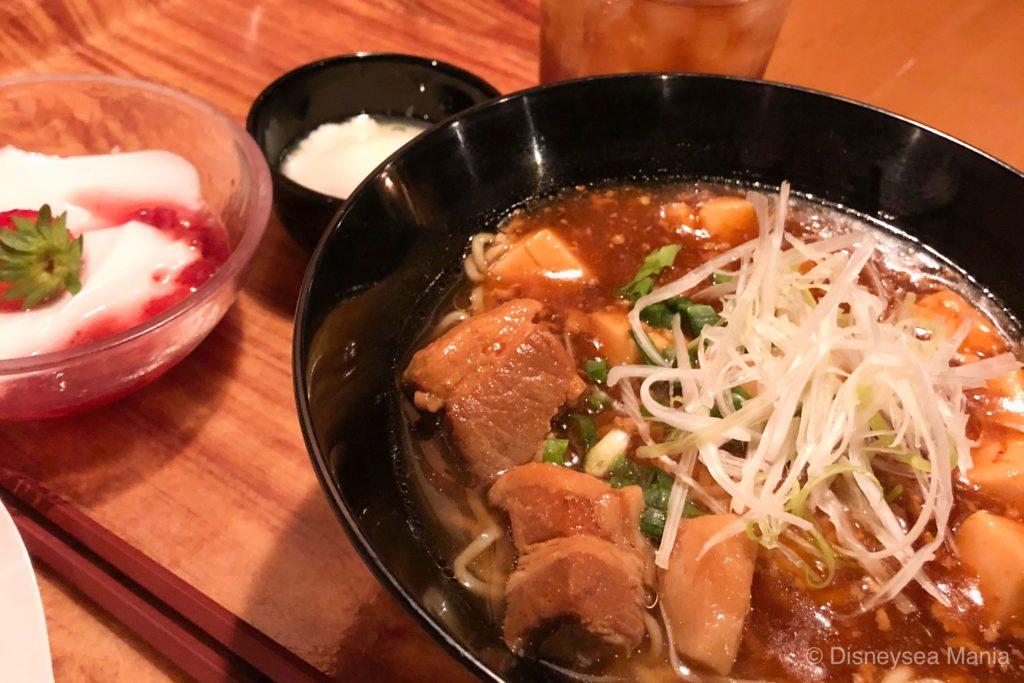 チャイナボイジャーの豚角煮とマーボー豆腐のあんかけ麺の画像