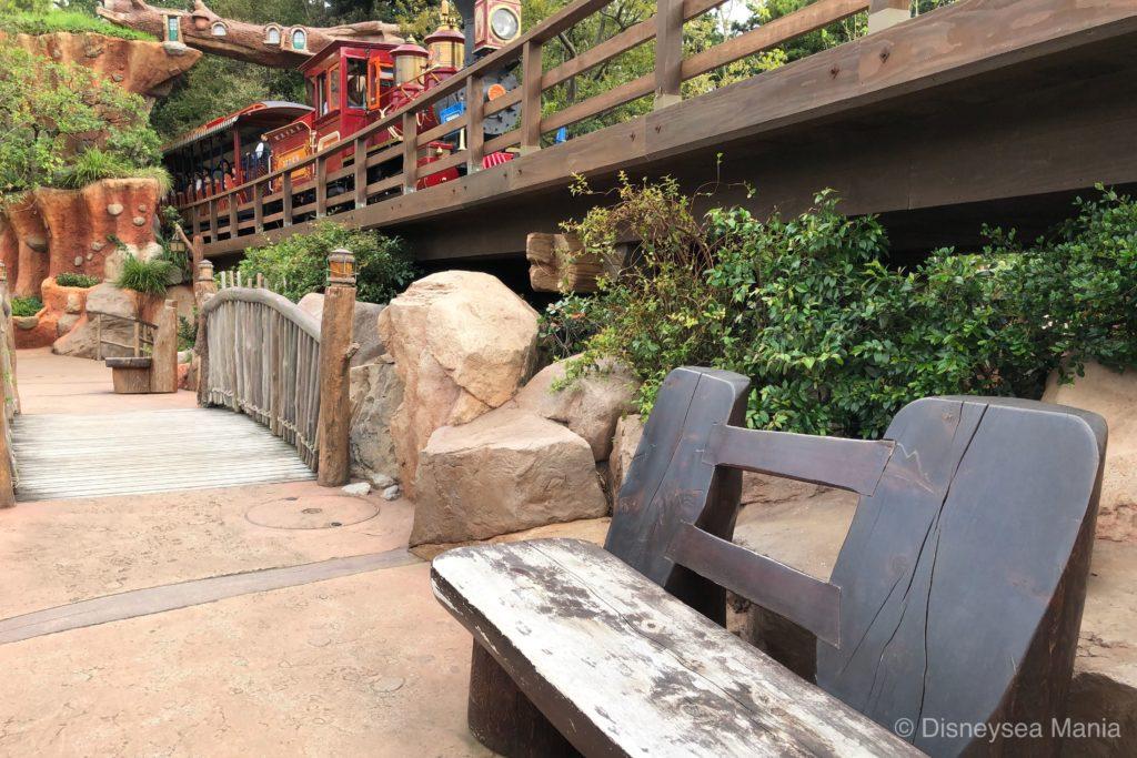 クリッターカントリー(東京ディズニーランド)のベンチの画像