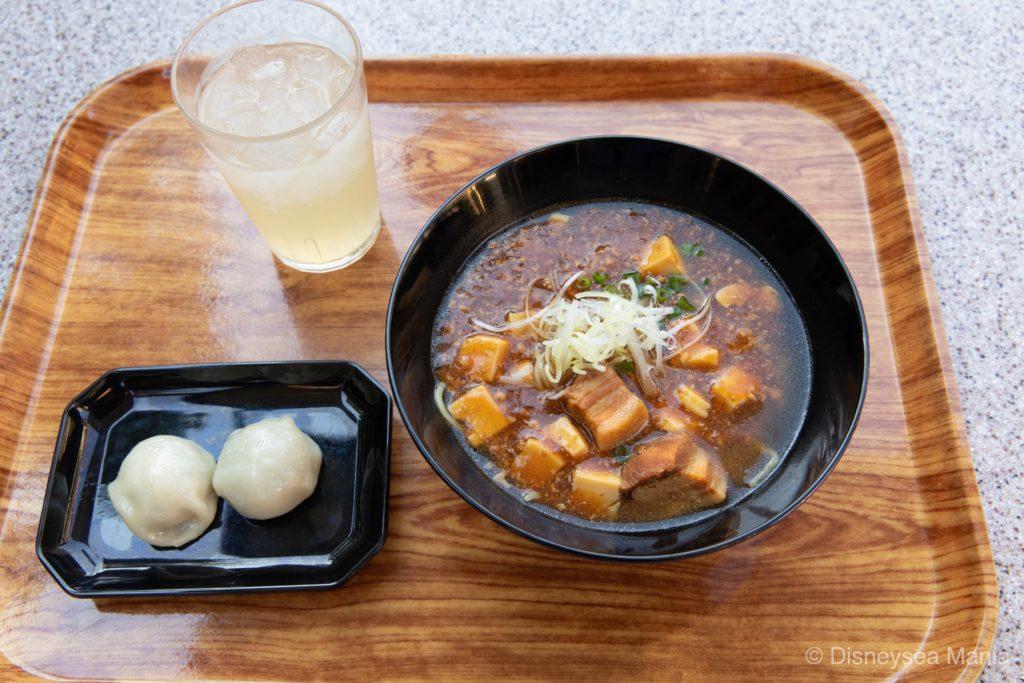 東京ディズニーランドのボイジャーセット(豚角煮とマーボー豆腐のあんかけ麺)の画像