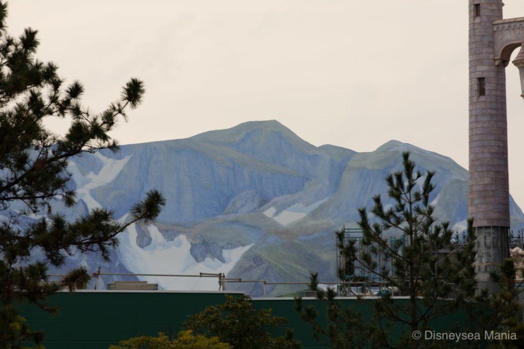 エンターテイメントシアター「ファンタジーランド・フォレストシアター」の上にある山の画像