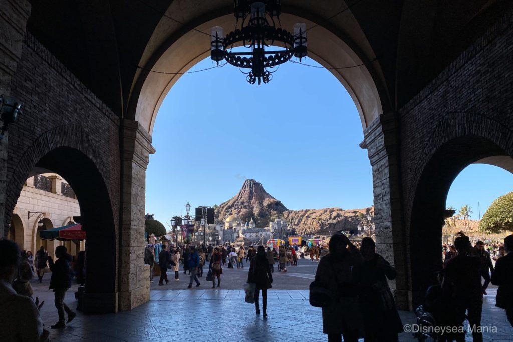 ホテルミラコスタのゲートから見るプロメテウス火山の画像